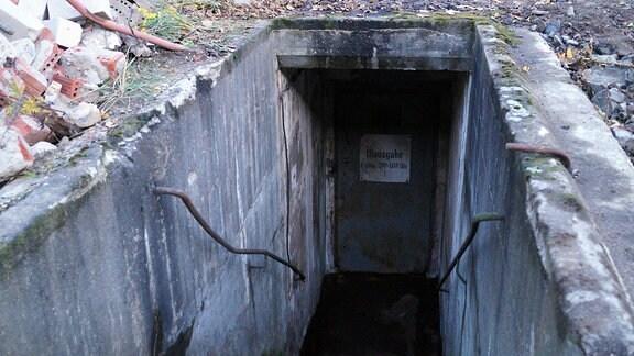 Treppe, die zu altem Bunker führt