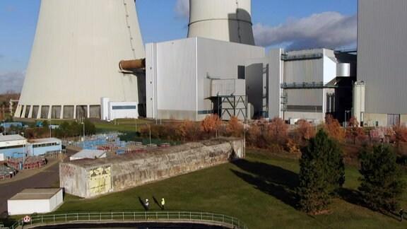 Kraftwerk Lippendorf, im Vordergrund altes Bunkergebäude.