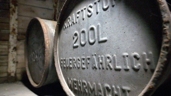Fässer mit Kraftstoff der Wehrmacht