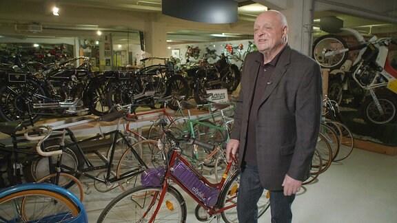 Dr. Hartwig Müller mit dem ersten Diamant E-Bike Cityblitz im Fahrzeugmuseum Chemnitz