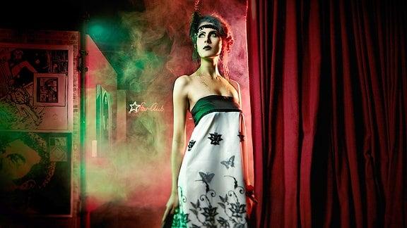 Die Hamburger Designerin Julia Starp präsentiert ihre hochwertigen Kleider regelmäßig auf der Fashion Week. Fast immer arbeitet sie mit Plauener Spitze.
