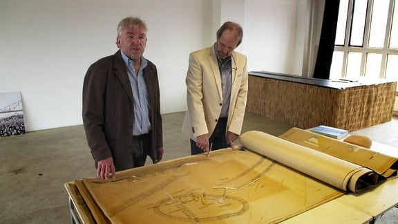 Städteplaner Harald Kegler und Martin Brück, damals Student, im Bauhaus Dessau über den Plänen für Ferropolis