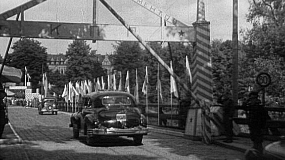 Autos fahren auf Brücke über die Neiße.