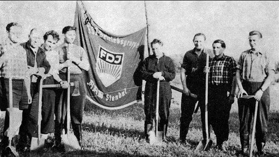 FDJler mit Fahne und Spaten