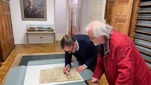 Archivar Sven Ballenthin mit Kartograf Manfred Müller im Perthes-Form Gotha