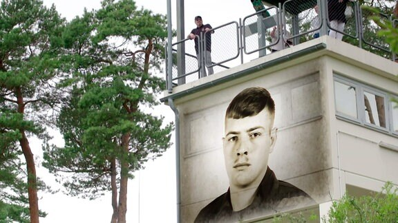 Porträt eines Mannes auf eine Mauer projiziert