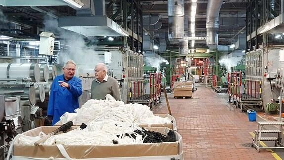 Zwei Männer in einem Chemiefaserwerk in Premnitz.