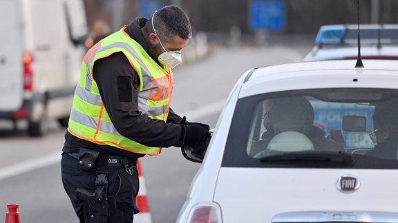 EIn Bundespolizist bei einer Grenzkontrolle an der Grenze zu Österreich.