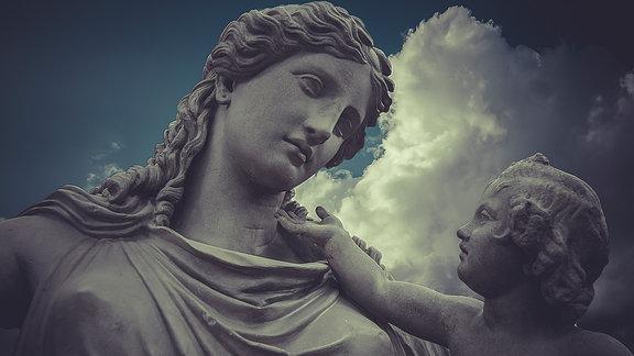 Skulptur einer Frau mit Kind