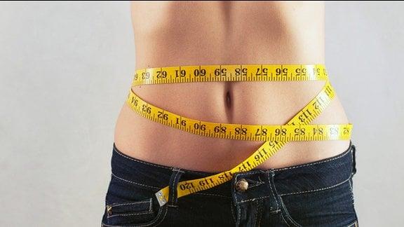 schlanker Bauch mit Maßband