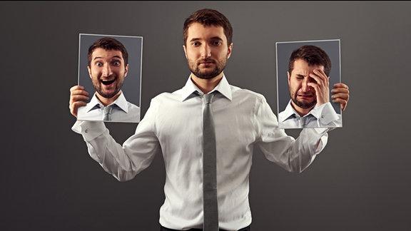 ein Mann hält Fotos mit verschiedenen Gesichtsausdrücken in der Hand