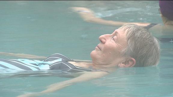 Eine Frau in einem Thermalbad