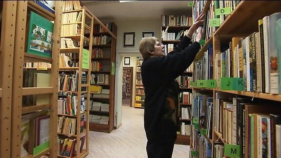 Eine Frau in einer Bibliothek