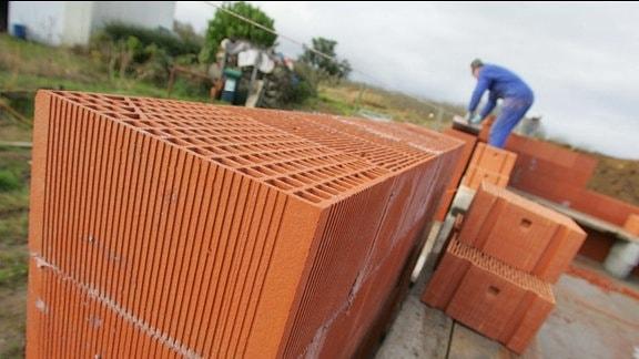 Ein Arbeiter auf einer Baustelle.