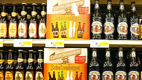 Bierflasche in einem Regal
