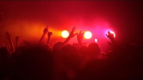 Viele Menschen feiern eine Party