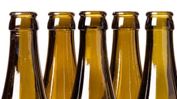 braune Glasflaschen in einer Reihe