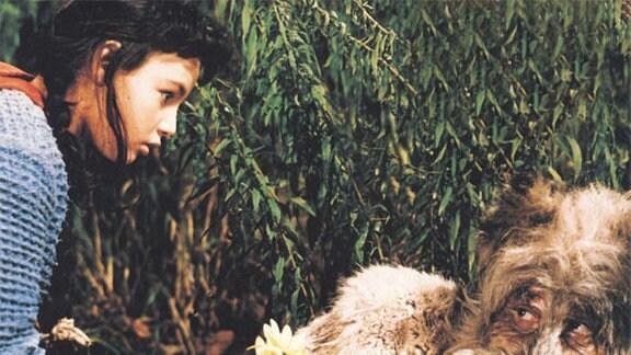 Rotkäppchen (Blanche Kommerell) spricht den Wolf (Werner Dissel) an.