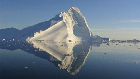 Ein Eisberg schwimmt im Meer