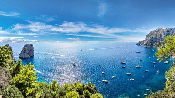 Bucht mit Segelbooten vor der italienischern Felseninsel Capri