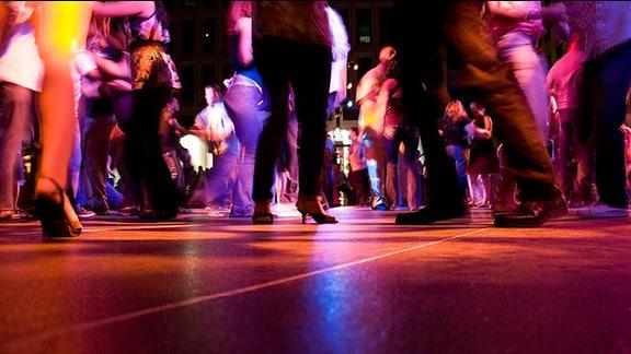 Menschen tanzen in der Disco.