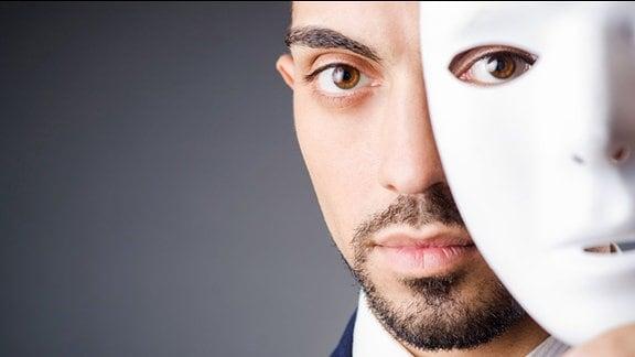 Mann mit weisser Maske