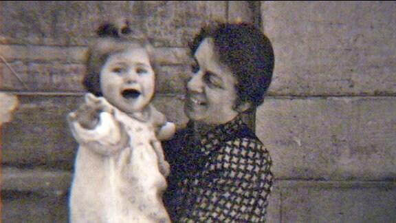 Irmgard Kunze auf dem Arm ihrer Mutter