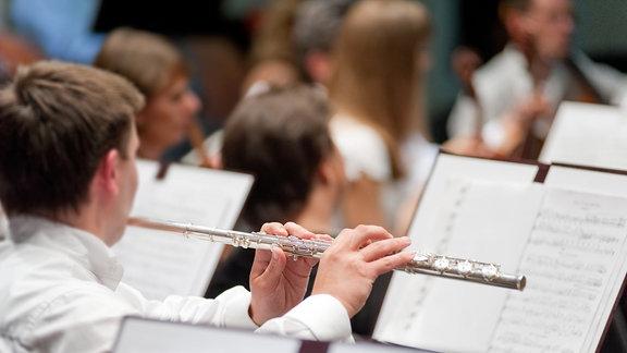 Querflötist im Orchester