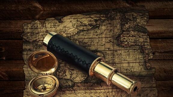 ein altes Fernglas, Kompass und eine alte Landkarte