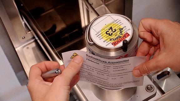 Ein Etikett wird auf eine Dose geklebt