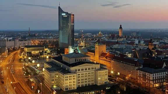 Universität und Gewandhaus bei Nacht in Leipzig