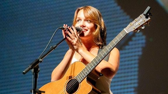 Lotte live beim Radio 7 Autokino Konzert.