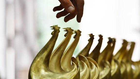 Die neuen Bronze-Skulpturen des Medienpreises Goldene Hennestehen  in Berlin in der Skulpturengießerei.
