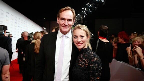Leipzigs Oberbürgermeister Burkhard Jung mit Partnerin auf dem roten Teppich