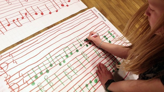 Ein Mädchen schreibt Noten