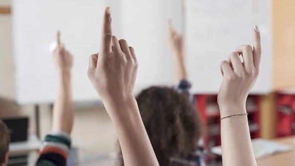 Studenten hegen ihre Hände