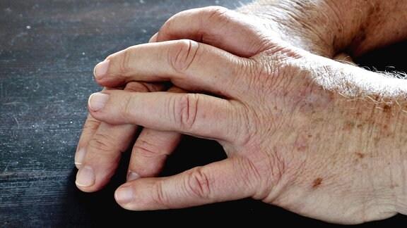 Hände mit Altersflecken