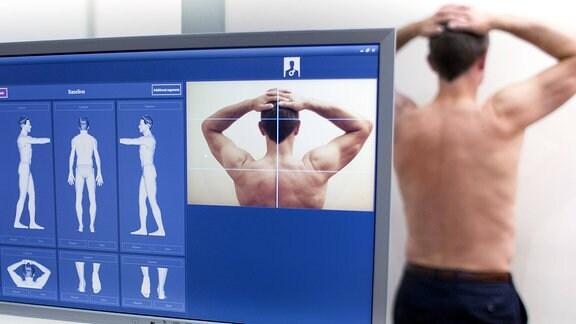 Mann bei bildgebender Hautuntersuchung
