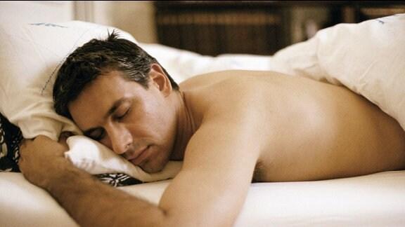 Schlafender Mann im Bett.
