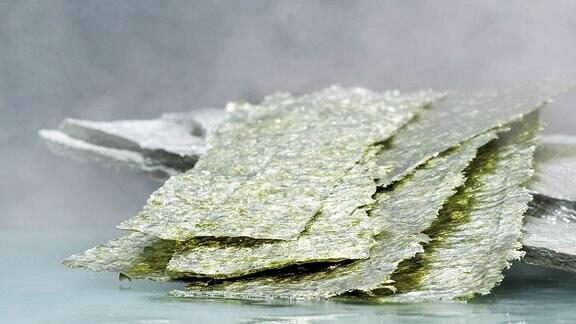 getrocknete und zu dünnen Platten geformte Algen