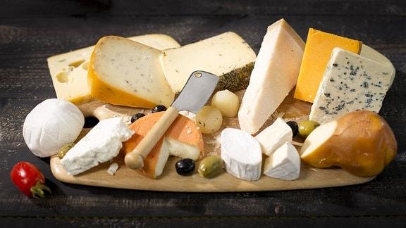 Käselaibe in einer Käserei