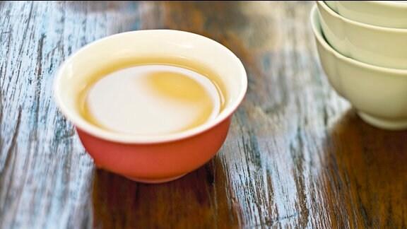 Eine Schale mit Tee