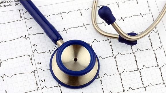 Ein Stethoskop auf einem EKG-Streifen