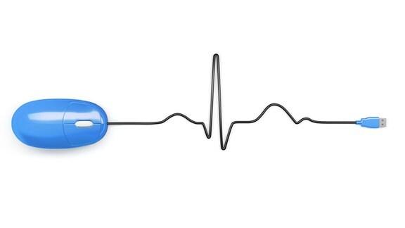 Eine blaue Computermaus, deren Kabel wie eine EKG-Kurve gelegt ist