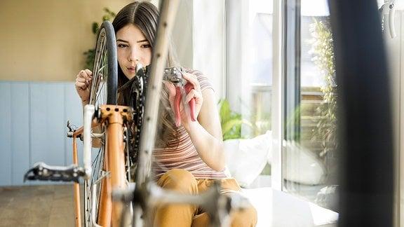Junge Frau mit Fahrrad