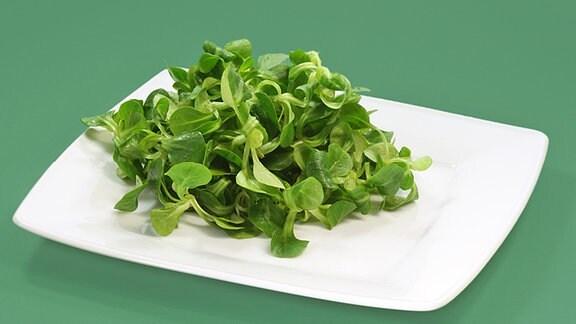 Ein Teller mit Feldsalat