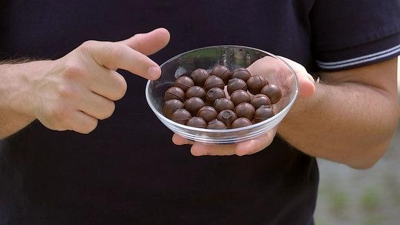 Schokoladenkugeln liegen in einer kleinen Schüssel.