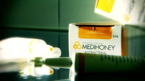 Tuben und Verpackungen von medizinischem Honig.