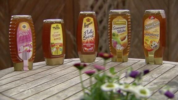Fünf Honigsorten nebeneinander.