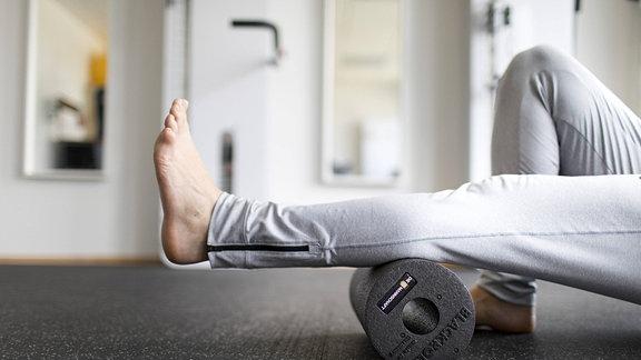Faszientraining mir Faszienrolle in einer Physiotherapeutischen Praxis